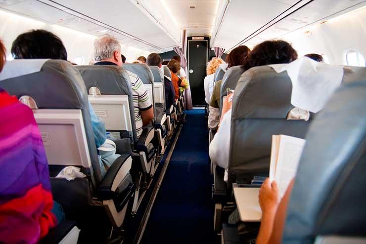 Passar mal no avião (Foto: via Shutterstock)