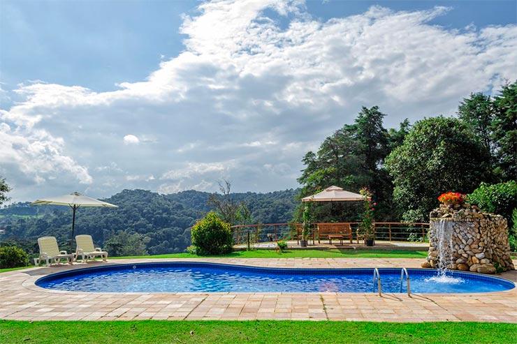 Hotéis e pousadas em Santo Antônio do Pinhal: Piscina e área externa da Casa da Colina (Foto: Reprodução/Booking)