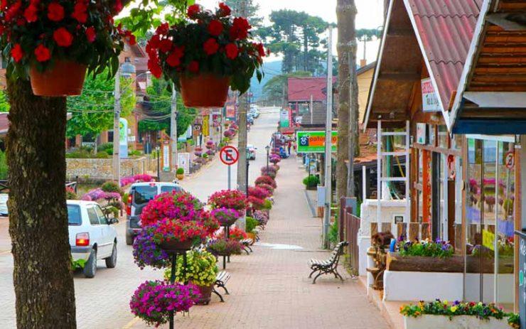Roteiro em Monte Verde: Rua cheia de flores no centro da cidade (Foto: Esse Mundo é Nosso)