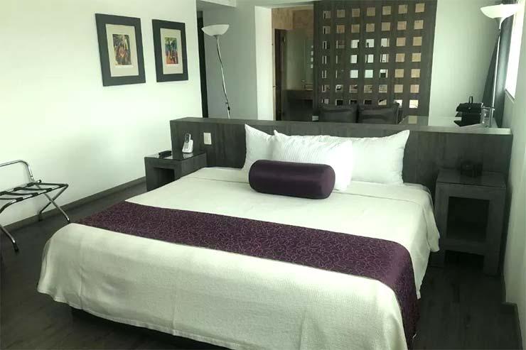 Cama de casal no quarto do We Hotel Aeropuerto